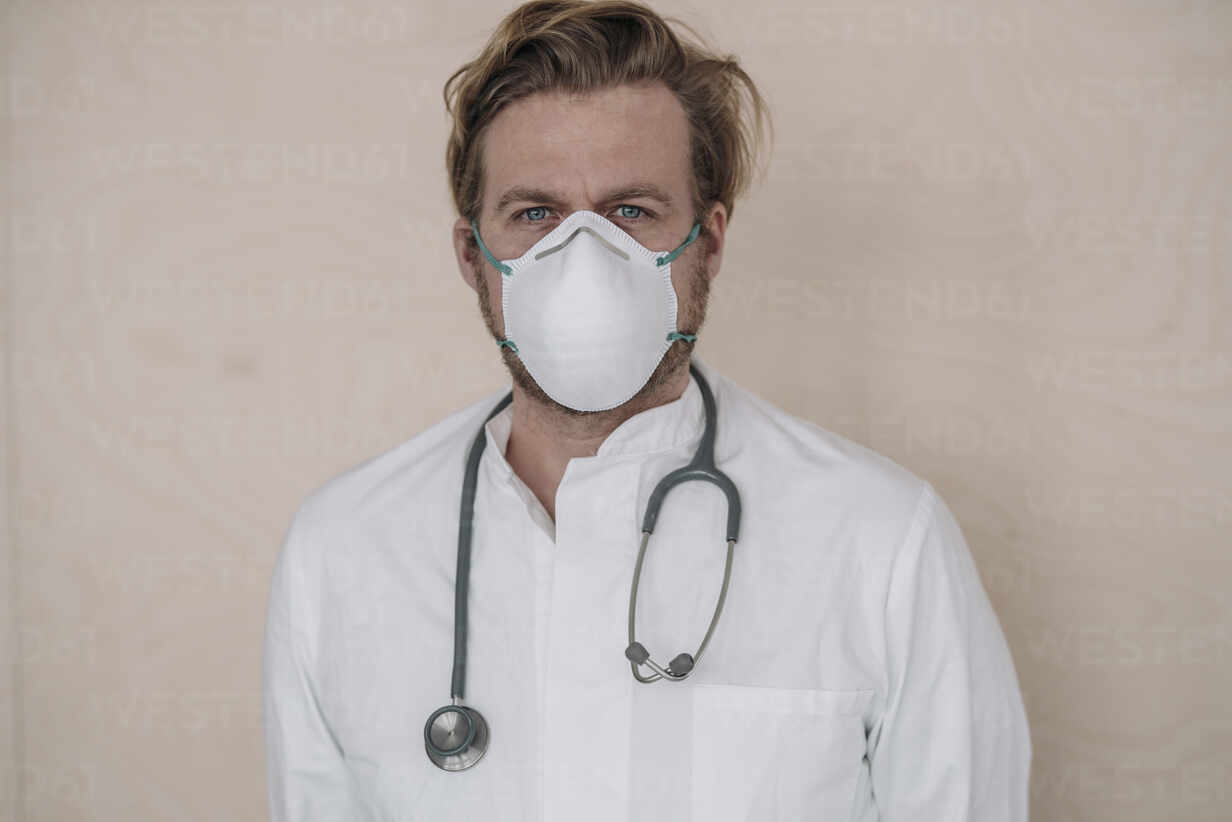 Portrait of doctor wearing protective mask - JOSEF00104 - Joseffson/Westend61