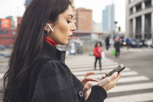 Beautiful woman in the city using smartphone - MEUF00280