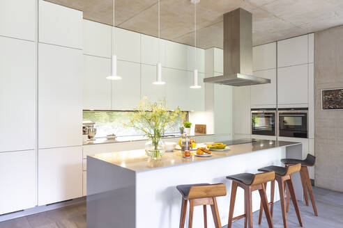 Modern white kitchen with island - CAIF24678