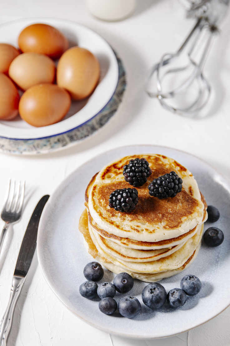 Stack of homemade pancakes bith berries - CAVF78555 - Cavan Images/Westend61