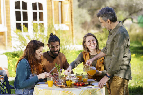 Friends enjoying a healthy vegan breakfast in the countryside - VSMF00100