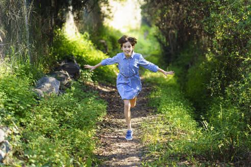 Girl running on a rural path - VSMF00151