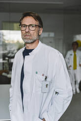 Portrait of serious doctor - MFF05545