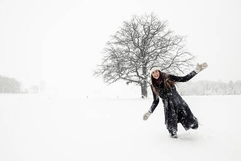 Happy young woman having fun in winter landscape - WFF00309