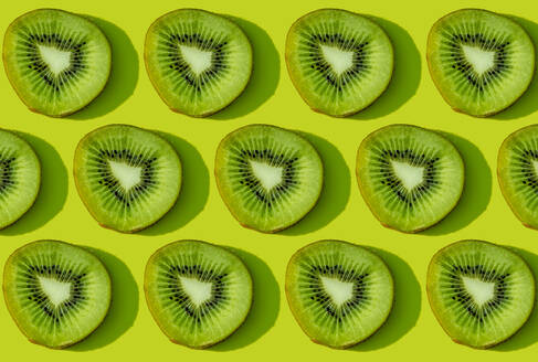 Kiwi fruit pattern on green background - GEMF03579