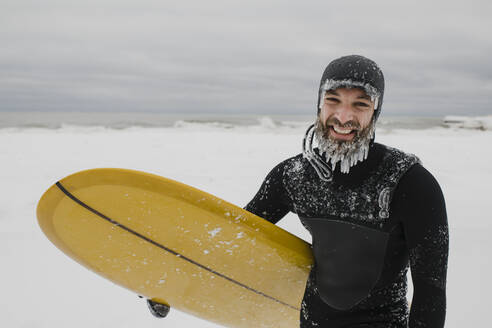 Surfer with surfboard in snow in Ontario, Canada - HWHF00006