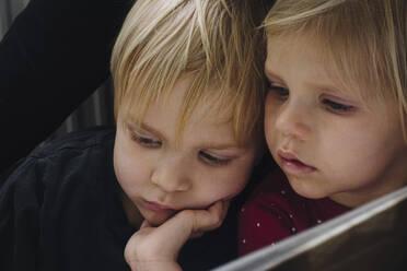 Portrait of siblings watching something - JOSEF00334
