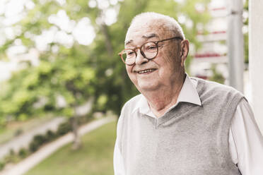 Portrait of smiling senior man wearing glasses - UUF20231