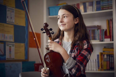 Portrait of smiling girl with a violin - PWF00094