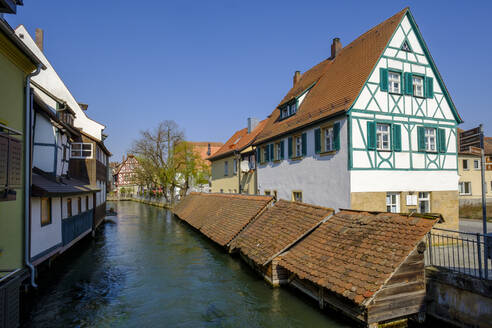 Germany, Bavaria, Forchheim, Half-timbered town house and fish boxes along Wiesent river canal - LBF03063