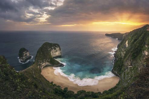 Indonesia, Bali,NusaPenida, Scenic view ofKelingking Beach at sunset - DVGF00091