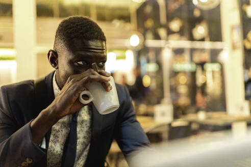 Young businessman drinking coffee in a cafe - EGAF00087