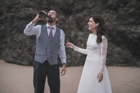 Bridal couple with champagner at the beach - SNF00213