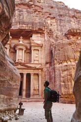 Backpacker admiring the Al-Khazneh in Petra, Jordan - VEGF02277