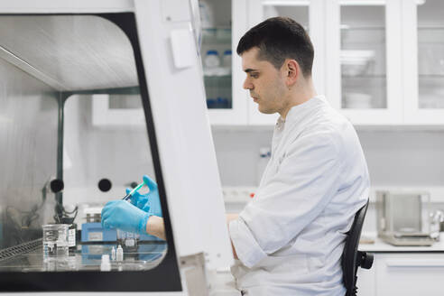 Male healthcare worker doing research in pharmaceutical laboratory - OCAF00522