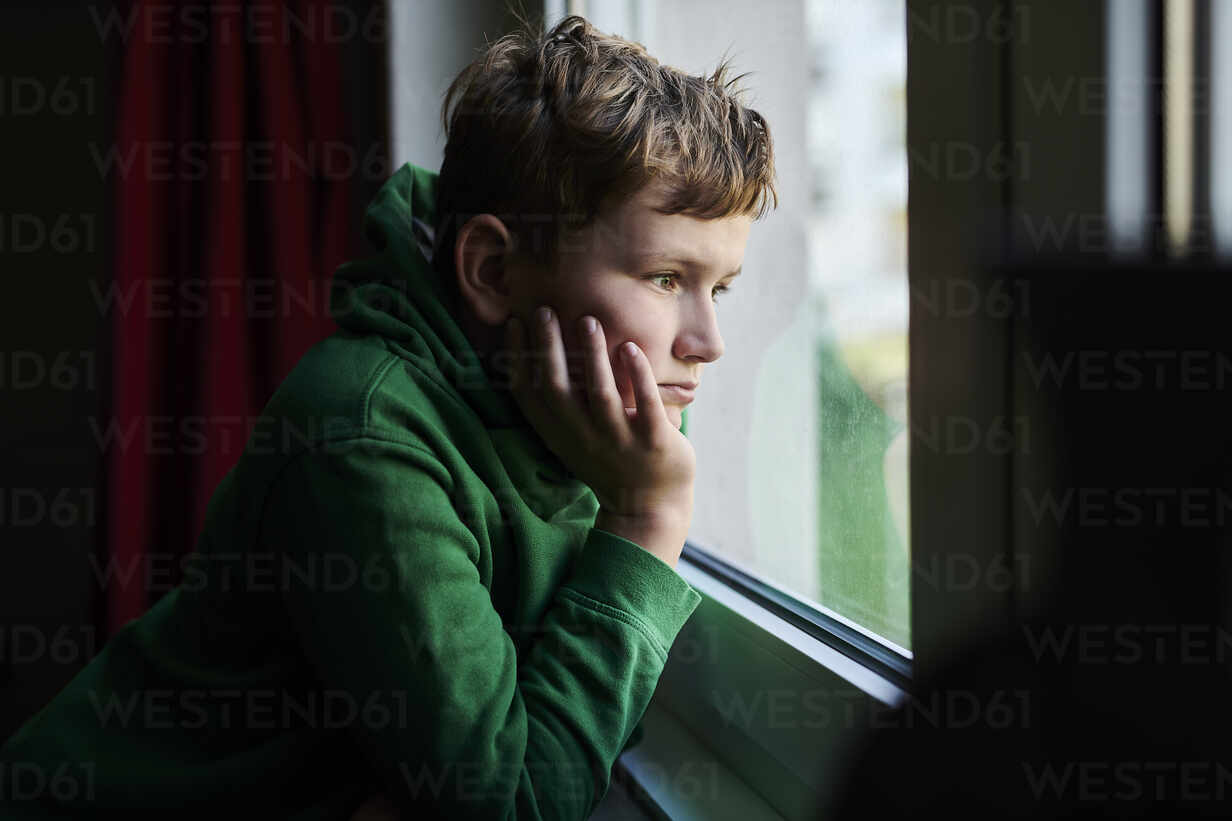 Bored boy looking out through window at home - MMIF00277 - Markus Mielek/Westend61
