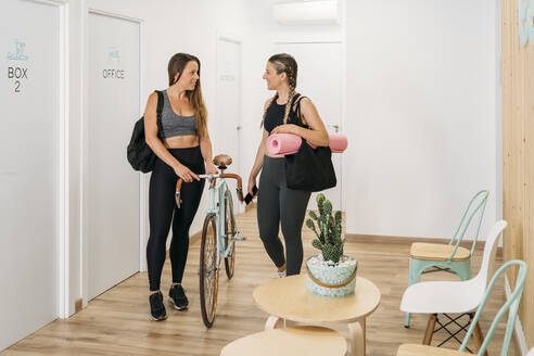 Two sporty women arriving at health club - MPPF00879