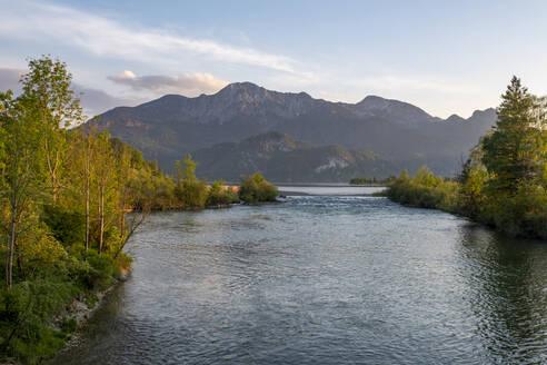 Loisach, Ausfluss aus Kochelsee, Kochel am See, hinten Berge Herzogstand und Heimgarten, Das Blaue Land, Oberbayern, Bayern, Deutschland, - LBF03120