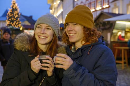 junges Paar, Geschwister mit Glühwein, Christkindlmarkt, Christkindlemarkt, Weihnachten, Bad Tölz, Oberbayern, Bayern, Deutschland, - LBF03130