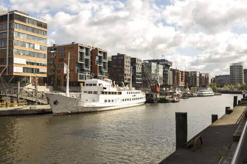 Germany, Hamburg, Sandtorhafen in HafenCity - IHF00371