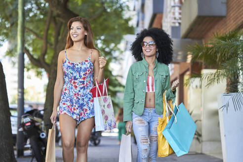 Girlfriends with shopping bags - PGCF00086