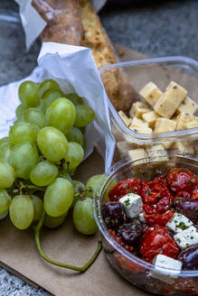 Grapes, cheese cubes and salad with tofu - NGF00583
