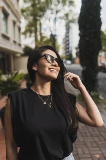 Woman with sunglasses in city - DSIF00020