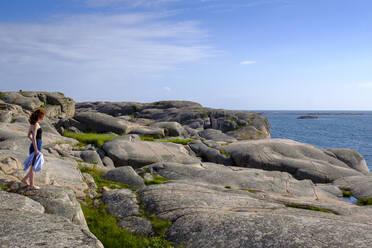 Frau steht am Meer, Schärenlandschaft, Felsenküste, Schärenküste, Smögen, Schären, Provinz Bohuslän, Provinz Västra Götalands län, Südschweden, Schweden, - LBF03165