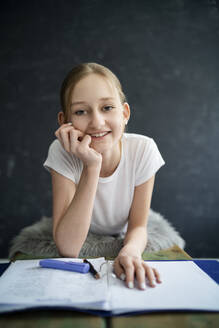 Girl learning at home - DKOF00016