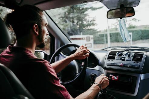 Man driving car during pandemic - EBBF00544