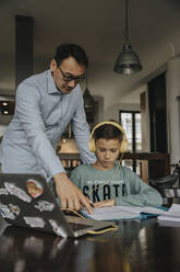 Fatherc helping son with his homework - MFF06034