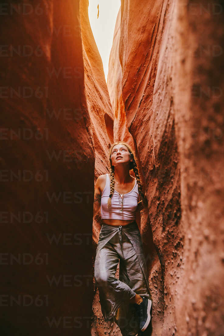 Young woman exploring narrow slot canyons in Escalante, during summer - CAVF88922 - Cavan Images/Westend61