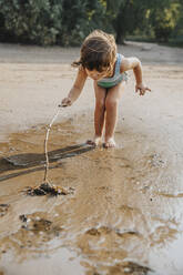 Cute little girl discovering for crab at beach - MFF06275