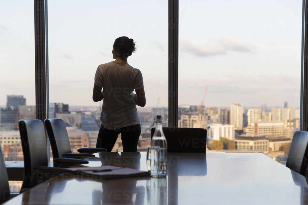 Thoughtful businesswoman looking out highrise office window - CAIF29721 - Martin Barraud/Westend61