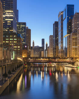 Wells Street Bridge over Chicago River in City at dusk, Chicago, USA - AHF00173