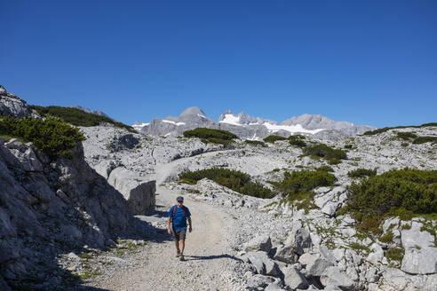 Senior man hiking at Hoher Dachstein during summer - WWF05629