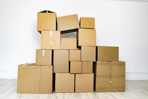 Domestic room filled with cardboard boxes - GIOF09739