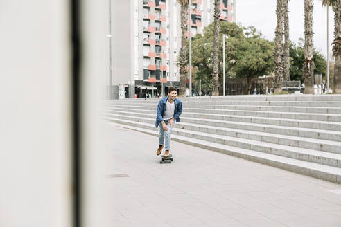 Young man skateboarding in city - XLGF01026