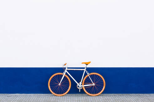 Orange bicycle against wall - XLGF01179