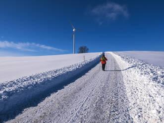 Deutschland, Schwarzwald, Freiamt, Blick zum Schillinger Berg mit Windrädern, Winter , Spaziergang - LAF02685