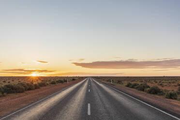 Australien, Ozeanien, South Australia, Sonnenaufgang über dem Stuart Highway - FOF12098