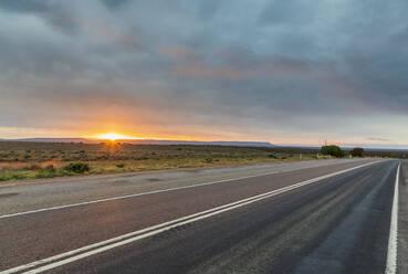 Australien, Ozeanien, South Australia, Sonnenaufgang am Stuart Highway - FOF12101