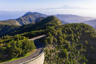Fu�g�ngerbr�cke �ber Stra�e im Nationalpark Garajonay, hinten Teneriffa mit Vulkan Teide, Drohnenaufnahme, La Gomera, Kanaren, Spanien - SIEF10123