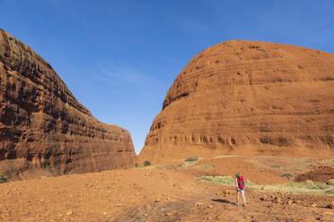 Australien, Ozeanien, Northern Territory, Zentralaustralische Wüste, Uluṟu Kata Tjuṯa Nationalpark, Kata Tjuṯa (die Olgas), Touristin (w) auf einer Wanderung zum Walpa Canyon - FOF12116