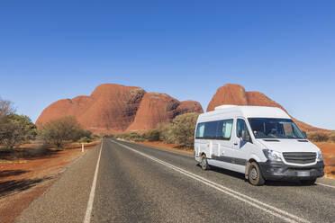 Australien, Ozeanien, Northern Territory, Zentralaustralische Wüste, Uluṟu Kata Tjuṯa Nationalpark, Camper auf der Kata Tjuṯa Road vor den Kata Tjuṯa (die Olgas) - FOF12122