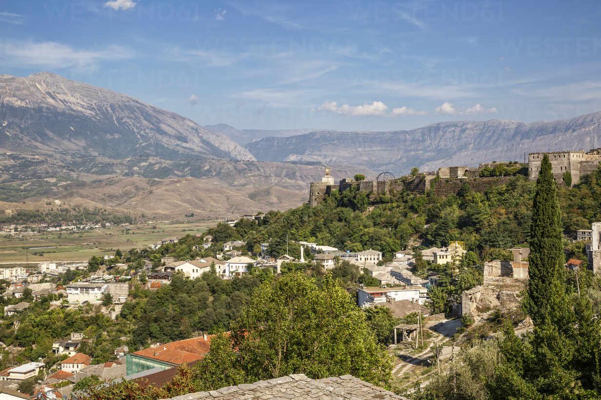 Stadt gegen blauen Himmel bei Mali I Gjere, Gjirokaster, Albanien - MAMF01649 - Maria Maar/Westend61