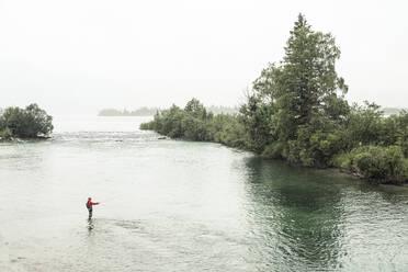 Fliegenfischer in der Loisach unterstrom des Kochelsee, Bayern, Deutschland * Flyfisher in the Loisach River at Kochel Lake, Bavaria, Germany. - WFF00451