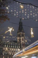 Deutschland, Hamburg, Weihnachtsbeleuchtung in der Mönckebergstraße. Im Hintergrund das Hamburger Rathaus. Mit vorbeifahrendem Bus - KEBF01795