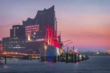 Deutschland, Hamburg, Landungsbrücken, Museumsschiff und Elbphilharmonie zum Sonnenaufgang - KEBF01801