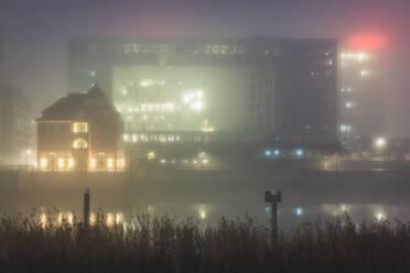 Deutschland, Hamburg, Erikusspitze im Nebel - KEBF01804